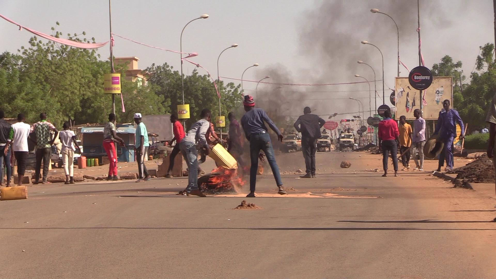 Des manifestants faisant face à la police à Niamey